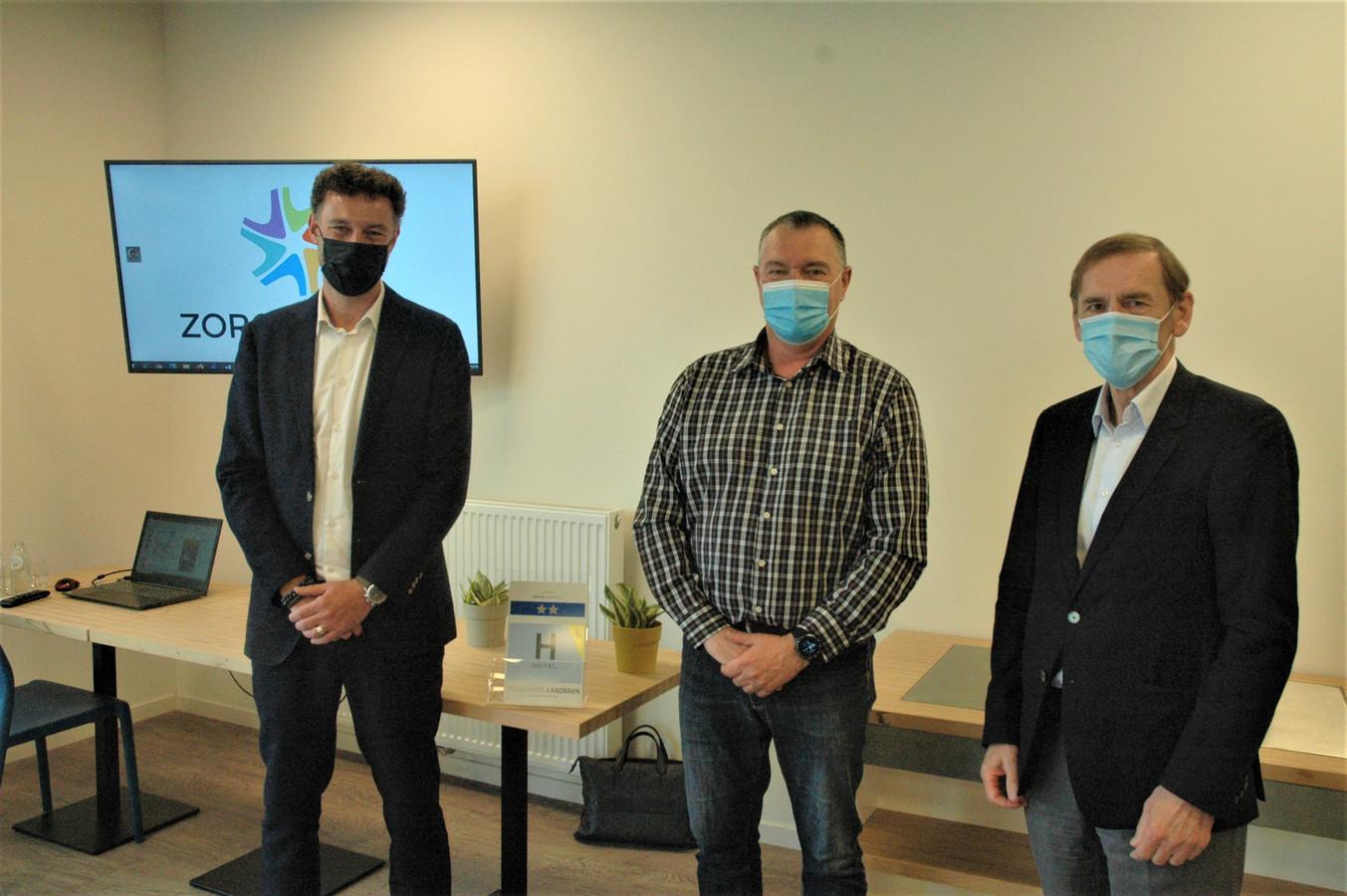 Van links naar rechts: Stijn De Bie van vastgoedkantoor A-Stargroup, Geert Stroobant van vzw Zorgdorpen en burgemeester Luc Dupont.