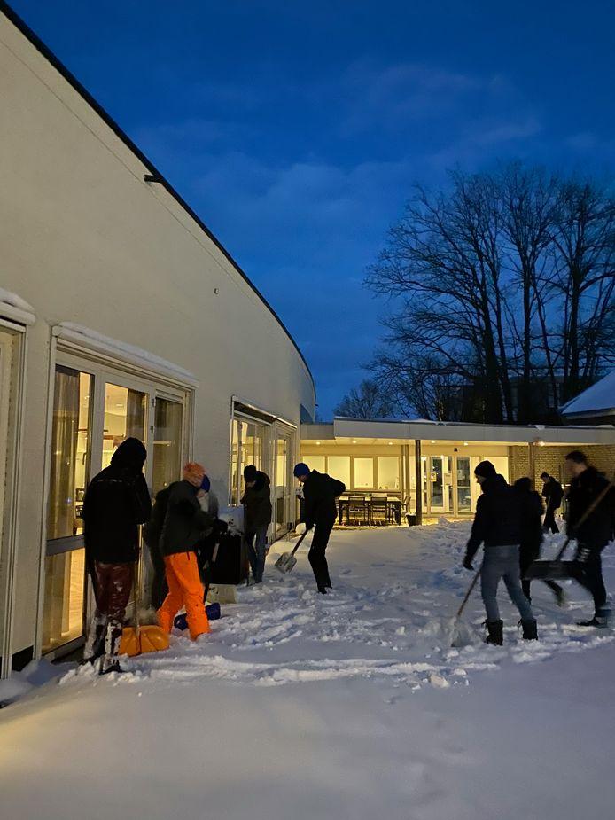 Jongens onder 15 jaar team van voetbalvereniging TVC '28 uit Tubbergen steken handen uit de mouwen bij sneeuw vrijmaken terrein woonzorgcomplex Meulenhof.