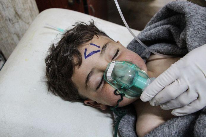 Een Syrisch kind wordt behandeld na de vermoedelijke gifgasaanval, in een veldhospitaal in Saraqib, in de Syrische provincie Idlib.