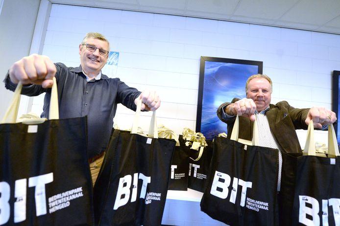 Bestuursleden van de ondernemersvereniging pakken 'borreltassen' in om ze onder de leden te verspreiden.