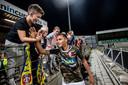 FC Dordrecht-speler Alessio da Cruz viert de overwinning met de schoolkinderen. FC Dordrecht won op 24 september 2016 met 1-0 van FC Volendam.