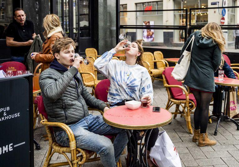 Terrasgangers drinken hun laatste drankje op op het Leidseplein toen de terrassen net weer (beperkt) open mochten. Beeld ANP
