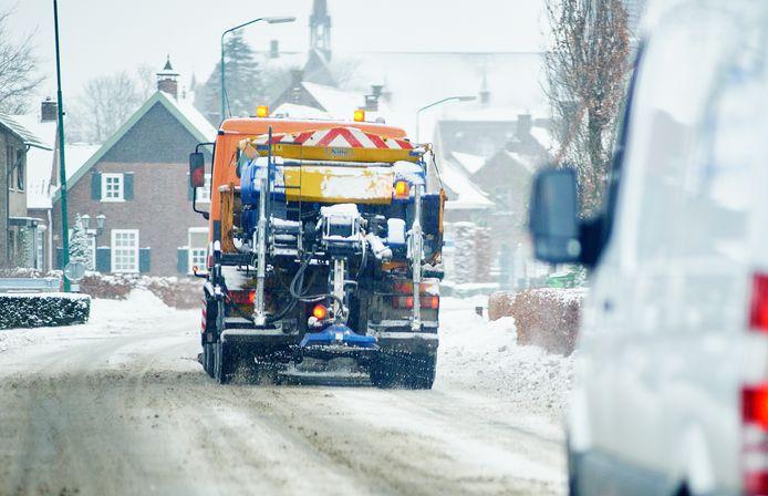 Een strooiwagen probeert de wegen berijdbaar te houden.