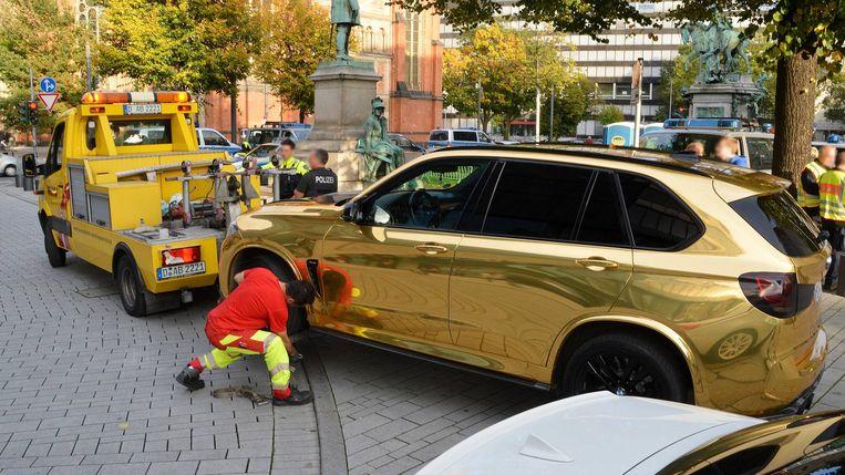 Deze goudkleurige BMW vormt een gevaar voor omstanders, aldus de Duitse politie.
