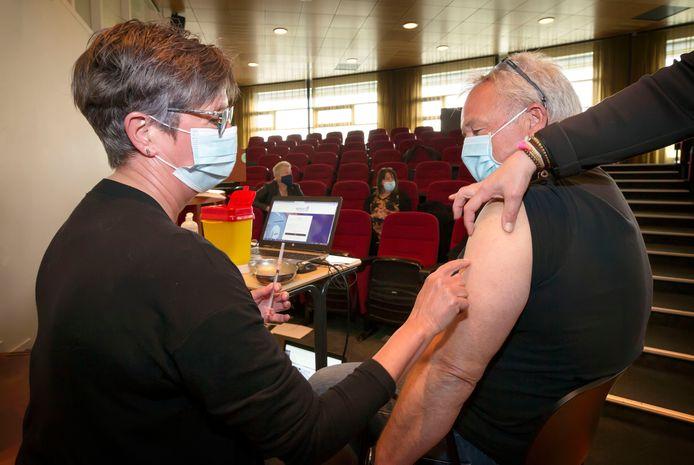 Cursisten oefenen op elkaar het zetten van een coronavaccinatie. Beroepsopleider Curio verzorgt voor de GGD West-Brabant trainingen om honderden mensen klaar te stomen voor vaccinateur of triagist in een van prikcentra van de GGD.