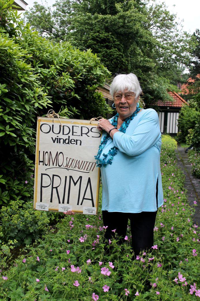 Chrisje van Hezik-van Gent in haar Voorburgse tuin, hier op 92-jarige leeftijd