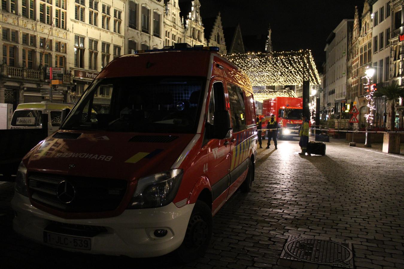 De hulpdiensten werden vrijdagavond opgeroepen voor instortingsgevaar op de Grote Markt.
