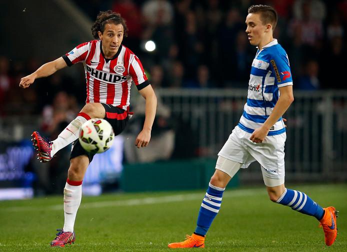 Ryan Thomas, voorheen spelend bij PEC Zwolle, in duel met Andrés Guardado.