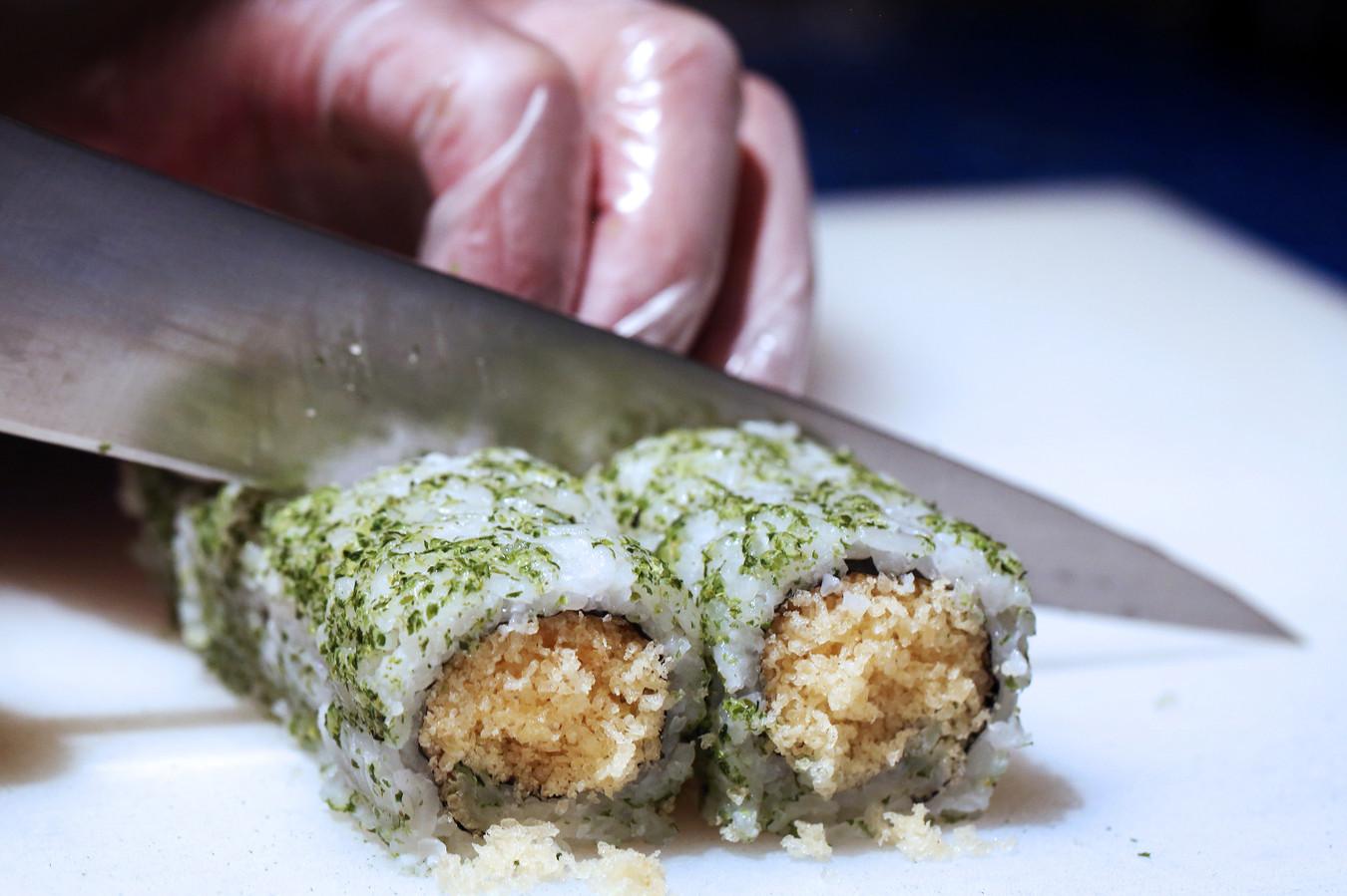 Een van de populairste sushi's bij Sumo Oriëntal in Breda: de crispy mayo-rol, door het restaurant zelf ontwikkeld.