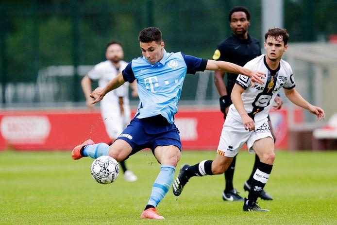 Anastasios Douvikas (l) in actie tijdens de besloten oefenwedstrijd tegen KV Mechelen, vorige week.