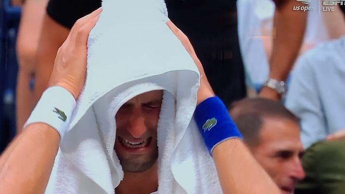A 5-4 en sa défaveur au troisième set, Djokovic craque sous le poids de la pression.