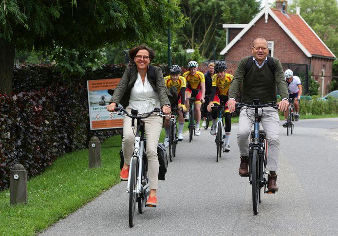 Theo en Anneke Segers op de fiets langs de dorpen van Molenlanden.