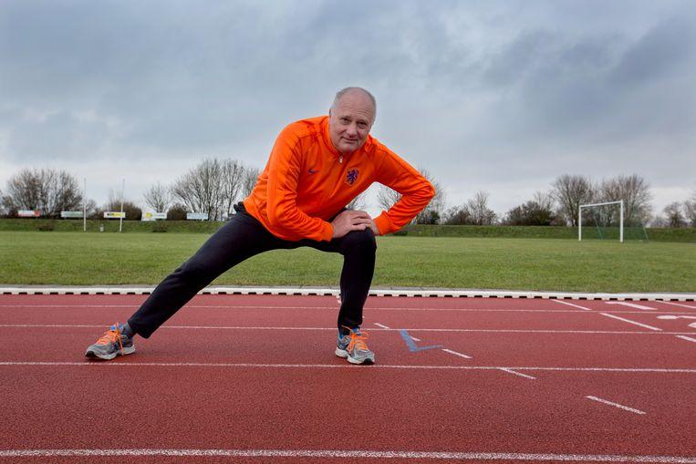 Anton Bouter op de atletiekbaan. Hij is OldStar, sportambassadeur van het Ouderenfonds.  Beeld Maartje Geels
