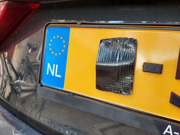 Onherkenbaar gemaakte kentekenplaten zijn de afgelopen tijd stadsbreed aangetroffen, op zowel personenauto's als op taxi's. Beeld Marc Kruyswijk