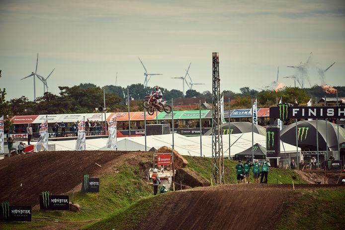 KTM-rijders Jeffrey Herlings en Jorge Prado raken elkaar in de lucht.