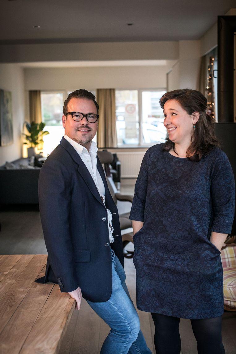 Ann Vermeulen (41) helpt vluchtelingen, haar broer Stefaan Vermeulen (43) is tegen het migratiepact. Beeld Bas Bogaerts