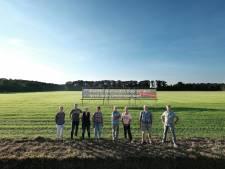 Protest met grote spandoeken tegen industrieterrein in Winterswijk: 'Ruimte voor dieren'