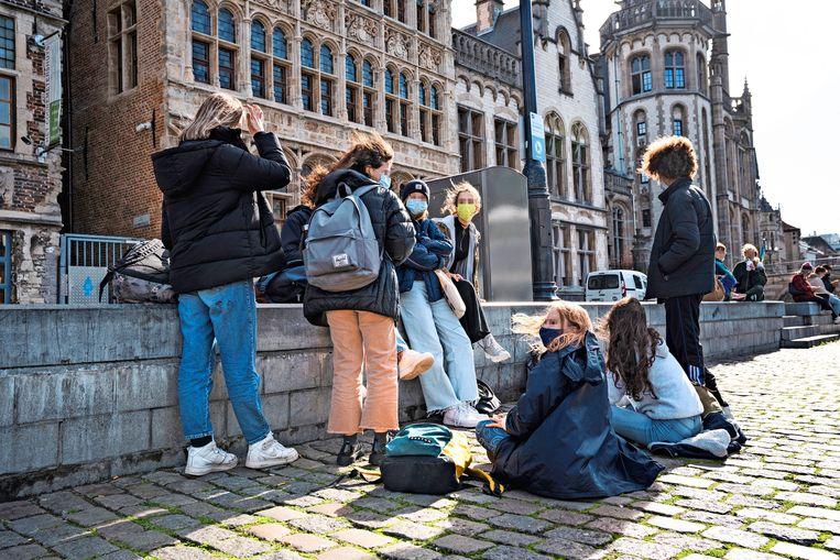 Jongeren chillen in Gent. 'Veertienjarigen die regels overtreden zijn geen criminelen.' Beeld Wannes Nimmegeers