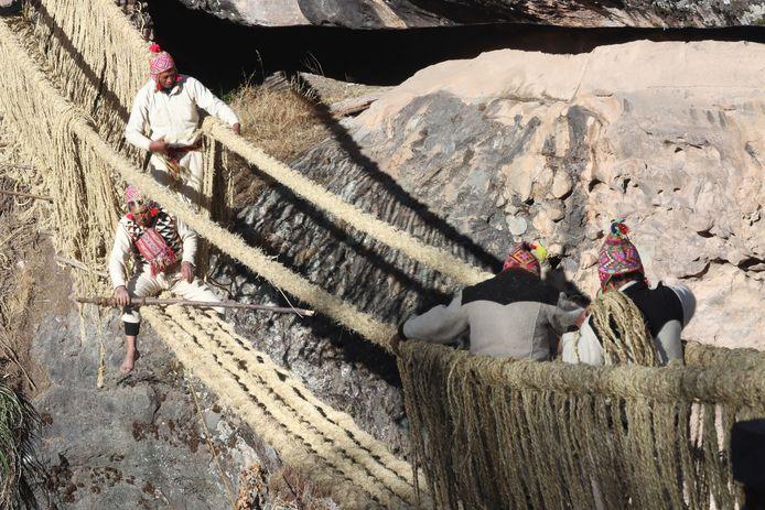 Leden van de Peruviaanse Huinchiri-gemeenschap herstellen de 500-jarige Incabrug aan de hand van de traditionele weeftechniek.