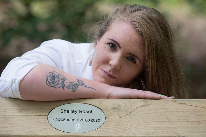 Angelica Damen met haar tattoo bij het herinneringsbankje ter ere van Shelley.