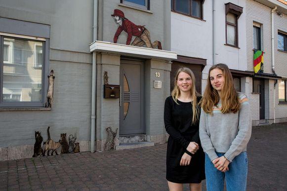 Jamie en Angie bij het grappige 'kattenkunstwerkje' in de Overvloedstraat.