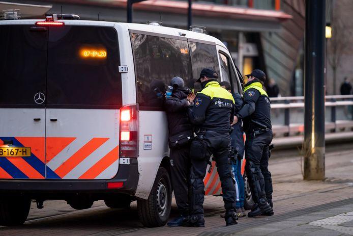 Drie jongemannen zijn aangehouden op het Kruisplein.