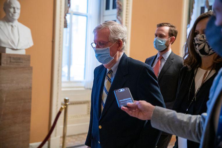 De Republikeinse fractievoorzitter in de Senaat, Mitch McConnell, verlaat het senaatsgebouw na de stemming. Beeld EPA