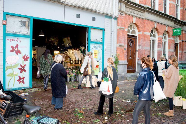 In de rij bij Sijmons Bloemen in de Gerard Doustraat. Beeld Marjolein van Damme