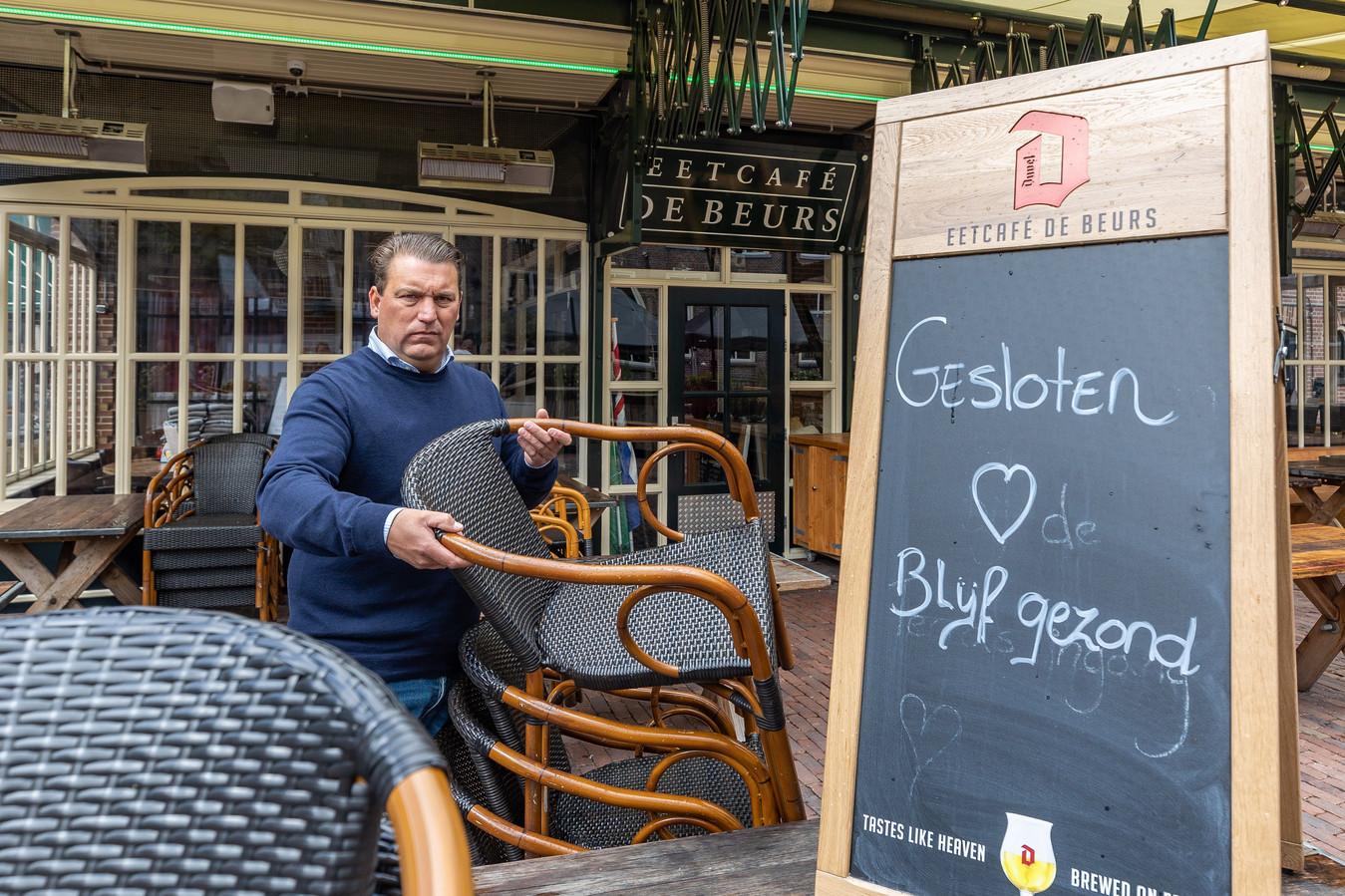 Het terras van eetcafé De Beurs in Meppel gaat na een week alweer dicht. Uitbater Eduard Konijnenburg kreeg waarschuwingen van boa's en vindt het op deze manier niet te doen om open te blijven.