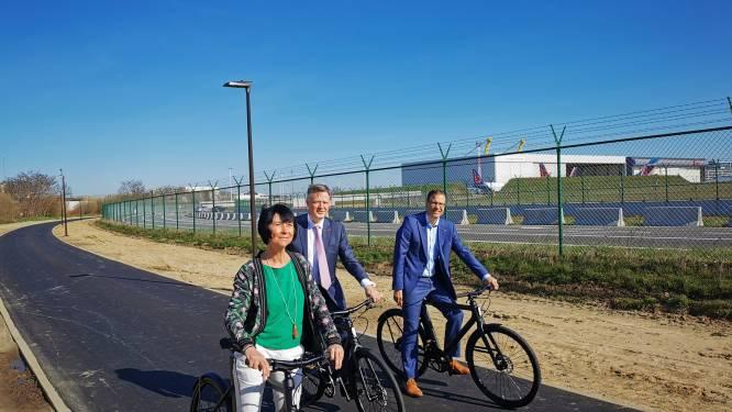 """Luchthaven dankzij S-Bocht vlot bereikbaar met fiets: """"Opening op ideale moment nu inwoners voor vaccin naar Skyhall moeten"""""""