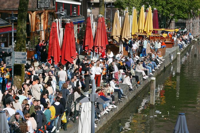 Op Koningsdag was het op vele plekken erg druk, zoals bij de Oude Haven. Uitbraken zijn echter nog niet aan het licht gekomen.