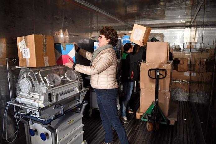 Leden van Rotary Club Oosterhout leggen medisch materiaal in een container voor het 's Lands Hospitaal in Suriname.