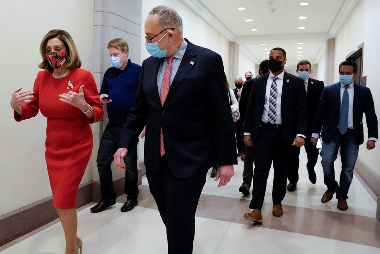 Top-Democraten Nancy Pelosi (Congres) en Charles Schumer (Senaat) op weg naar een persconferentie waar ze een akkoord over het steunpakket zullen aankondigen. Beeld REUTERS