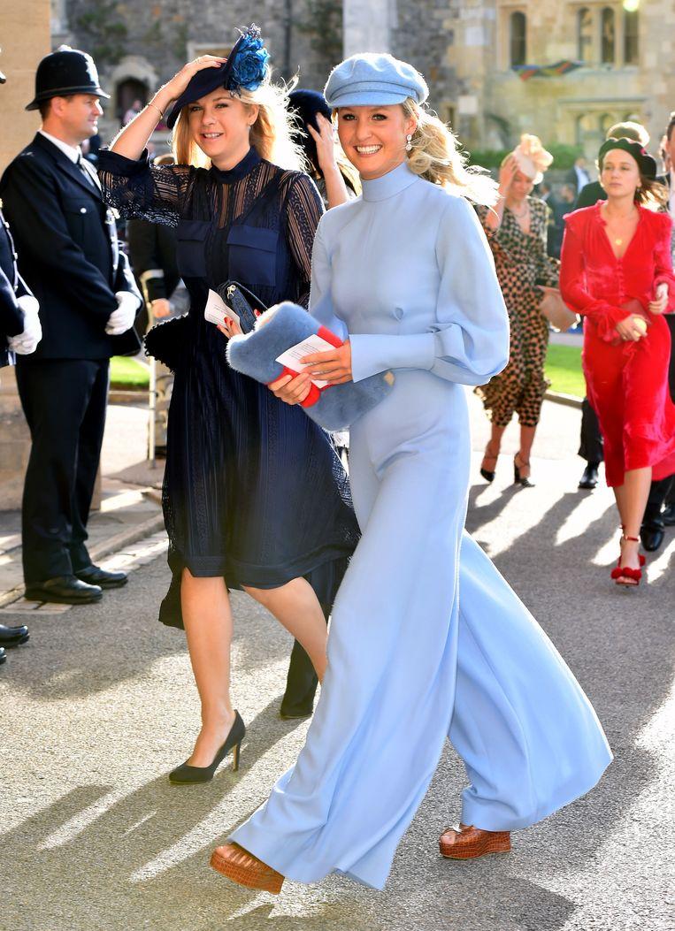 Chelsy Davy arriveert op het huwelijk van prinses Eugenie. Naast haar wandelt Lady Melissa Percy.