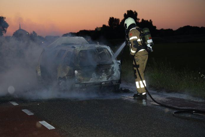 De auto in Overlangel brandde volledig uit.