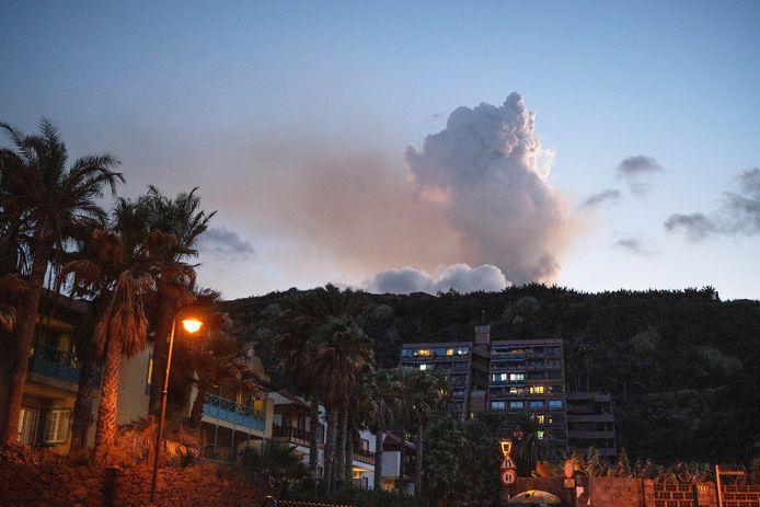 Vanaf het strand van Los Cancajos is de uitbarsting van de vulkaan zichtbaar.