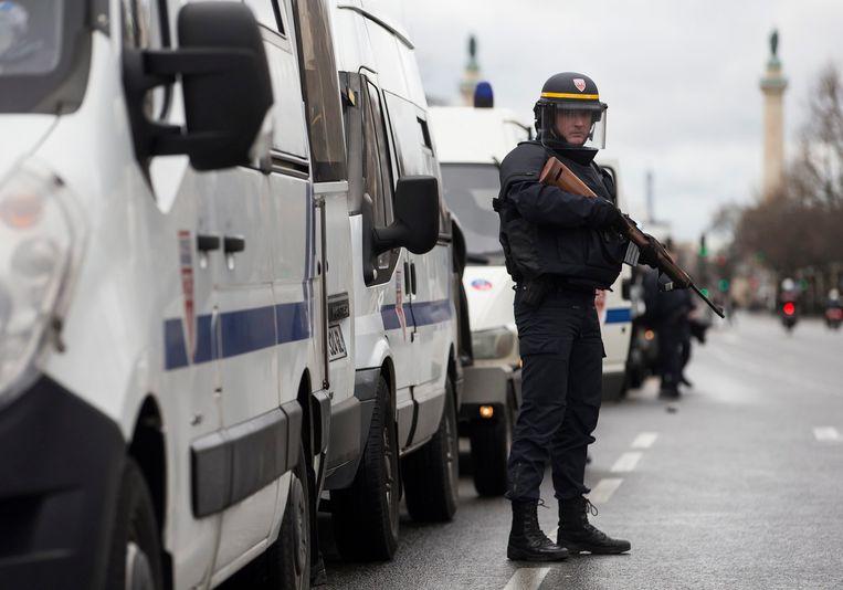 Een Franse politieagent bij Porte de Vincennes Beeld EPA