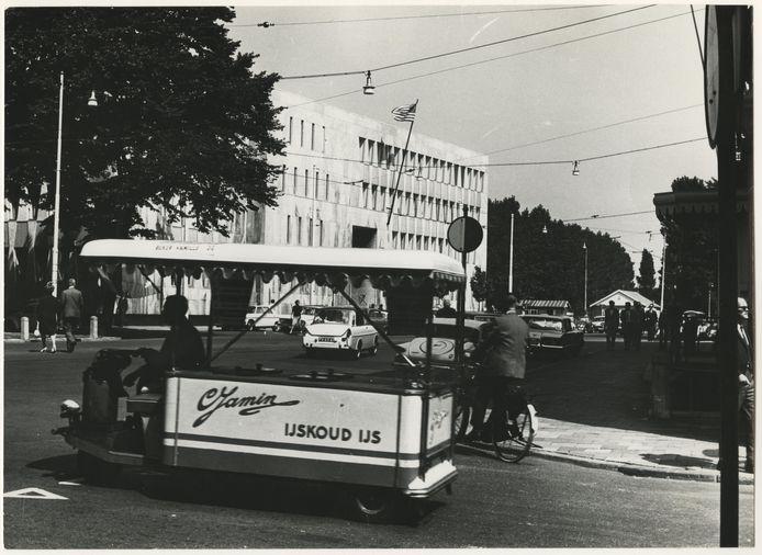 Op de voorgrond een ijscokar van C. Jamin, op de hoek van de Lange Houtstraat, in 1965.