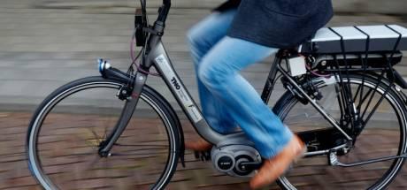 Bejaarde e-biker (79) gewond achtergelaten na aanrijding
