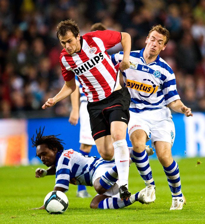 23 september 2009: De Graafschap-voetballers Purrel Fränkel en Peter Jungschläger in duel met Danko Lazovic tijdens de laatste bekerontmoeting met PSV.