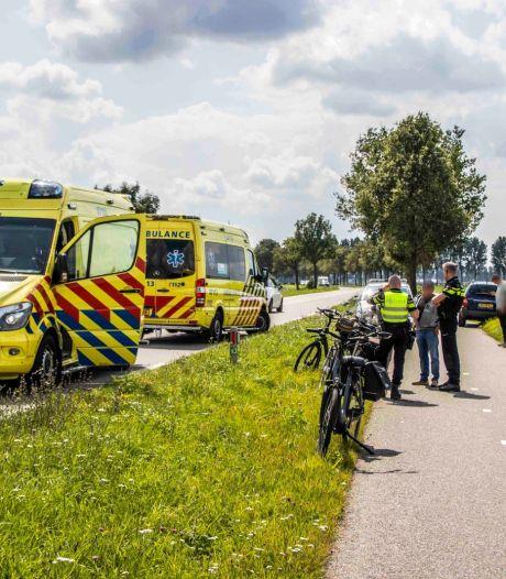Scooterrijder wil fietsers inhalen maar botst tegen ze aan; twee gewonden