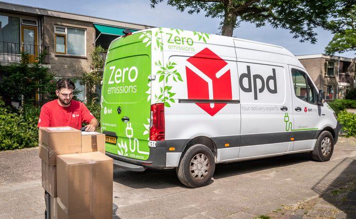 Een van de 44 nieuwe zero emission bussen van DPD, op pad in Stratum.
