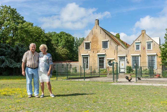 Marcel en Angela van Rijn voor de oude boerderij uit 1600 op hun Hoeve Landzicht.
