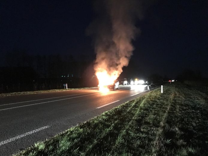 De brandende auto.