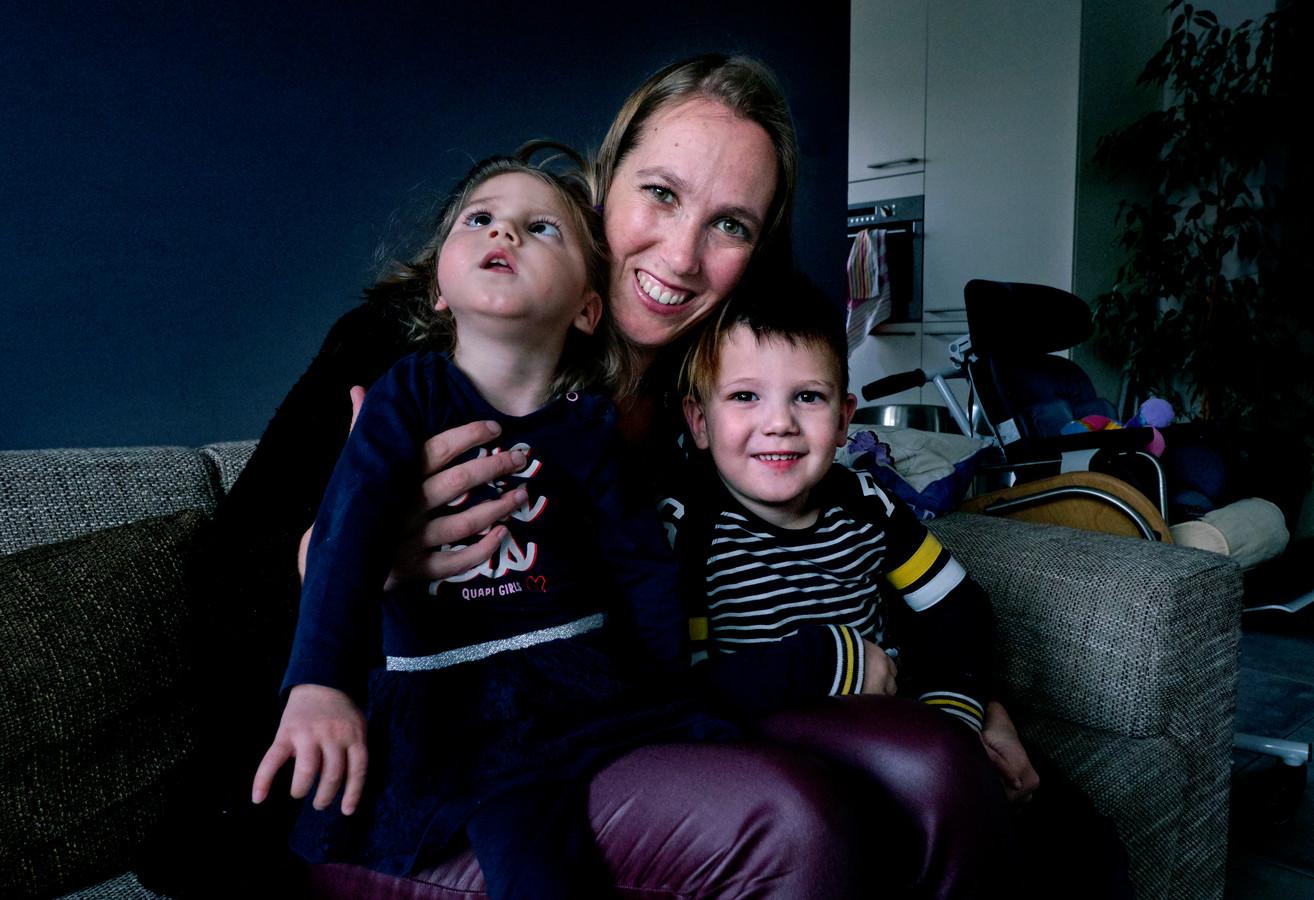 Debbie Bonnema met haar kinderen Evie en Siem.