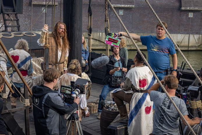 De Kamper kogge vormde de afgelopen dagen het decor voor een film. Links, met baard: hoofdrolspeler Milan van Weelden.