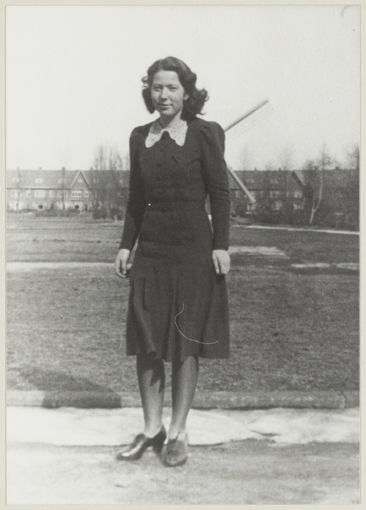 Verzetstrijdster Hannie (Jo) Schaft in de Van Dortstraat aan het begin van de oorlog.  Beeld Noord-Hollands Archief