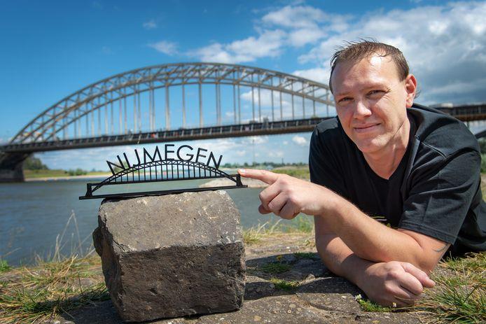 Chris van de Kam met een van zijn Waalbruggen.