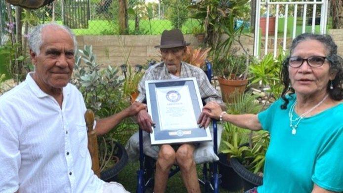 Emilio Flores Márquez met zijn twee nog levende kinderen. Hun leeftijd is niet bekendgemaakt.