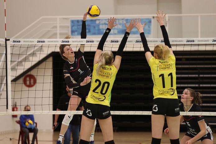 Basia Zakoscielna (l.) en Milica Misojcic proberen Lore Gillis af te stoppen.